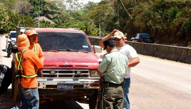 Captan a empleados de Gobierno tirando basura en calle al Puerto de La Libertad