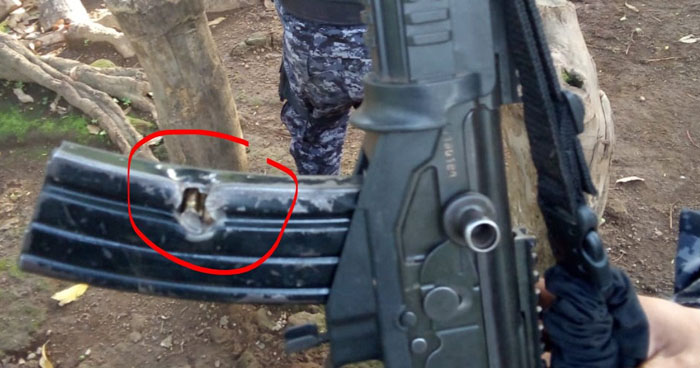 Bala disparada por pandillero impacta en cargador de un fusil que portaba un policía