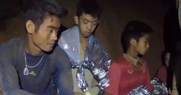 Los 12 niños y su entrenador de fútbol ya han sido rescatados de la cueva en Tailandia