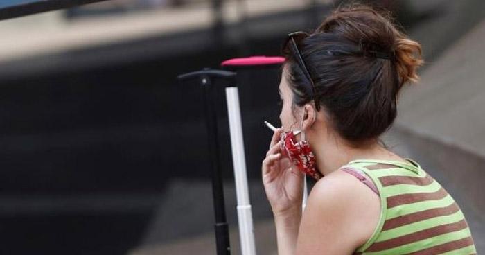 España cierra sitios nocturnos y prohibe fumar en la vía pública por aumento de casos de COVID-19