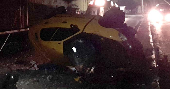 Taxista vuelca tras impactar contra un poste en carretera Troncal del Norte
