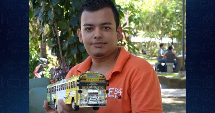 Nayib Bukele pide entrevistar a joven que vendía buses de cartón para pagar su carrera en la UES