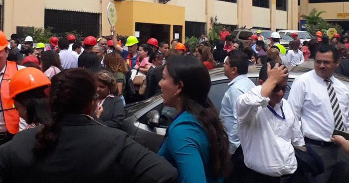 Empleados de diferentes instituciones evacuan tras fuerte sismo de 5.9