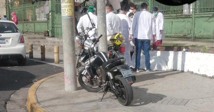 Persona muere afuera del Hospital Rosales, San Salvador