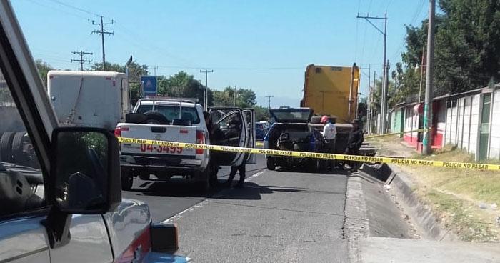Conductor muere tras impactar contra una rastra en carretera de Quezaltepeque