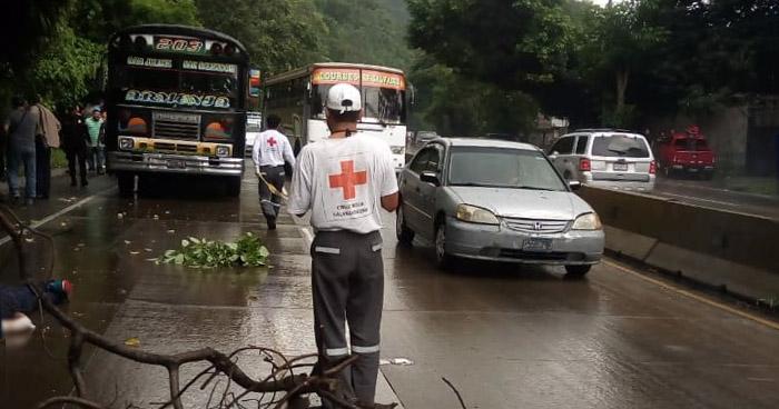 Un muerto y dos heridos tras tiroteo en autobús de la R-203, sobre carretera Los Chorros