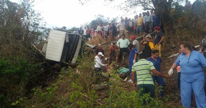 Tres fallecidos y varios lesionados tras grave accidente de tránsito en Tecapán, Usulután