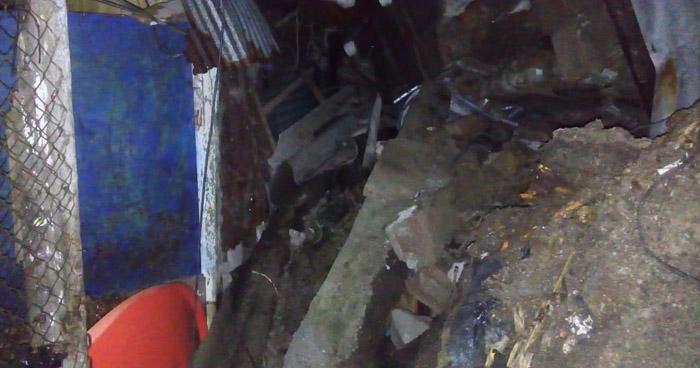 Rescatan a familia que quedó soterrada tras derrumbe por constantes lluvias
