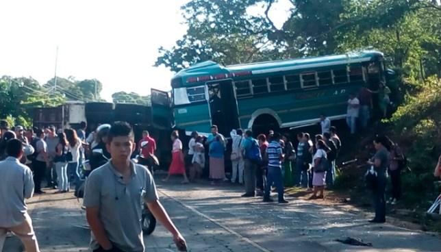 Al menos 20 heridos deja fuerte choque entre rastra y autobús en Santa Ana