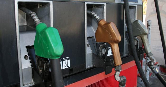 Baja de hasta $0.14 en los precios de los combustibles a partir de mañana