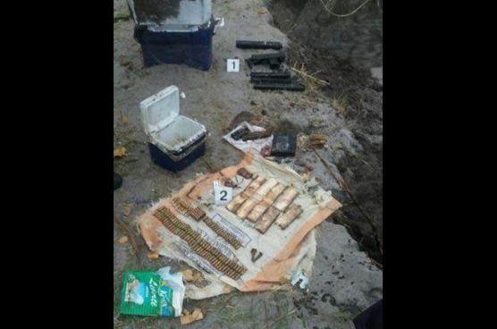 Habitantes de Cantón San Diego encuentran hieleras con armas de fuego, municiones y explosivos