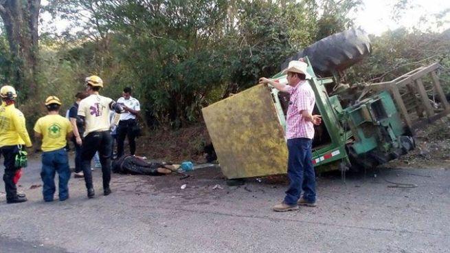 Hombre muere tras quedar atrapado en tractor que se volcó