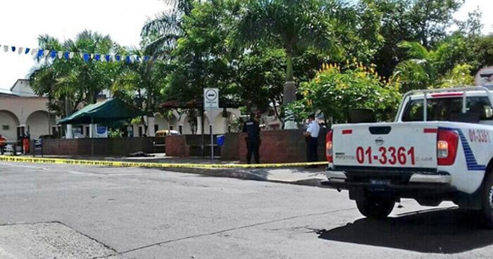 Asesinan a un vendedor de ropa en el parque central de Guacotecti, en Cabañas