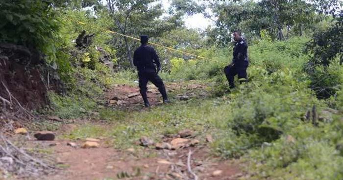 Hallan cadáver de un hombre acuchillado a orillas de un río en Nahuizalco