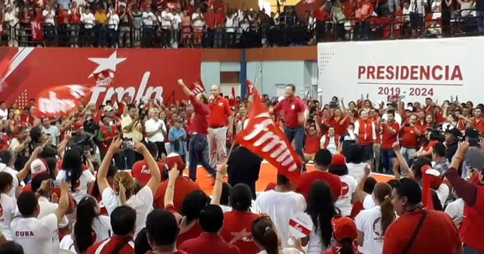 Hugo Martinez salta euforicamente para llamar la atención de los afiliados al FMLN