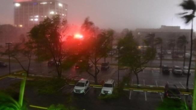 Huracán María toca tierra en Puerto Rico provocando ráfagas de viento y fuertes lluvias