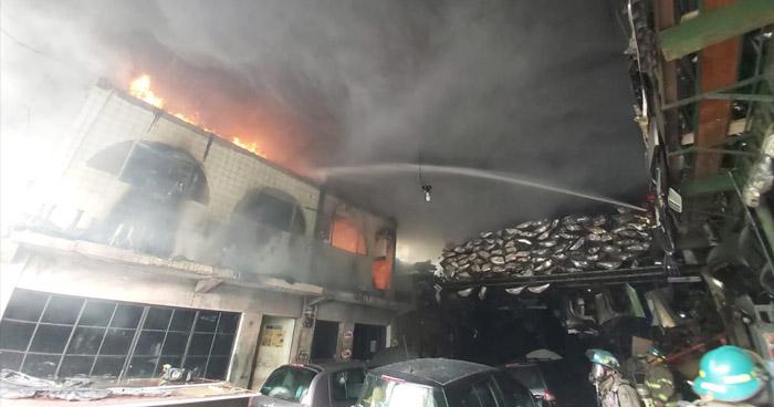 Sofocan fuerte incendio en bodega sobre 49 Avenida Sur, en San Salvador
