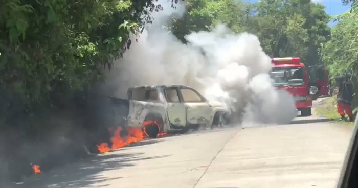 Extinguen incendio en un pick up sobre carretera a Huizúcar