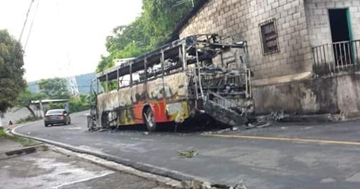 Autobús en marcha y con pasajeros se incendió en barrio de Coatepeque, Santa Ana