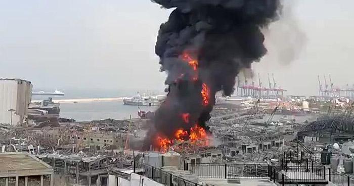Estalla almacén de llantas y aceites para motores en puerto de Beirut
