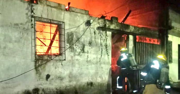 Bomberos extinguen incendio en vivienda de San Salvador