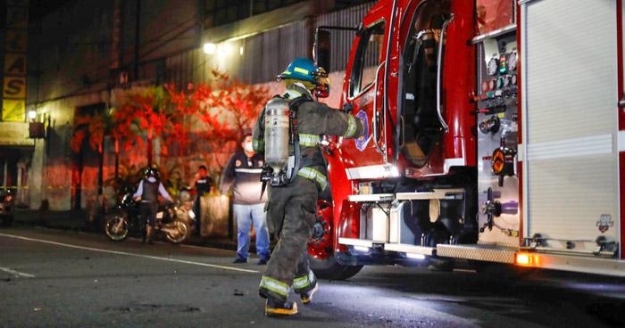 Seis puestos afectados tras incendio en el centro de San Salvador