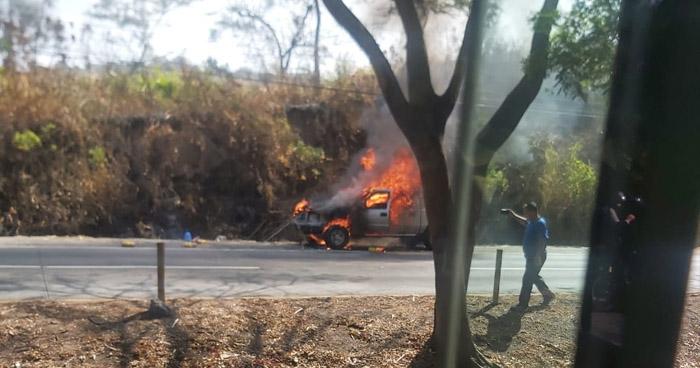 Pick Up se incendia en carretera a Comalapa