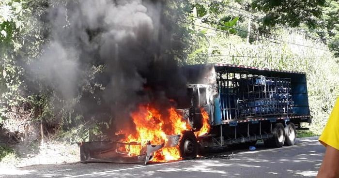 Camión se incendia tras falla mecánica en carretera Comalapa
