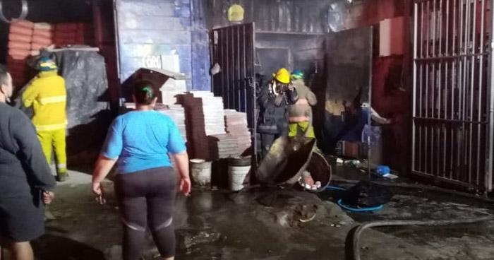 Bomberos sofocan incendio en ferretería del Barrio San Miguelito, San Salvador