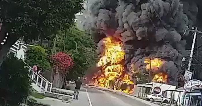 Un muerto y más 10 casas dañadas tras choque de camión que transportaba combustible contra viviendas en Honduras
