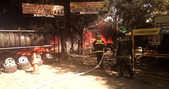 Fuerte incendio daña una llanteria en San Miguel