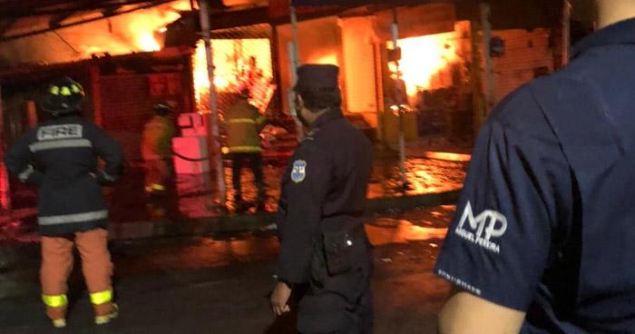 Fuerte incendio en parque Barrios y mercado municipal en San Miguel