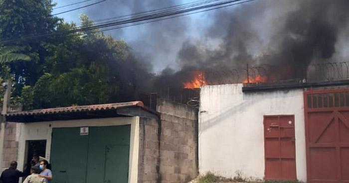Bomberos extinguen incendio en vivienda de Mejicanos