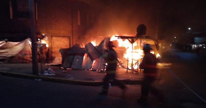 Incendio consumió dos puestos de venta por Mercado Excuartel