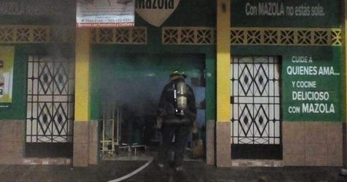 Bomberos rescatan a mujer y niña atrapadas en vivienda incendiada