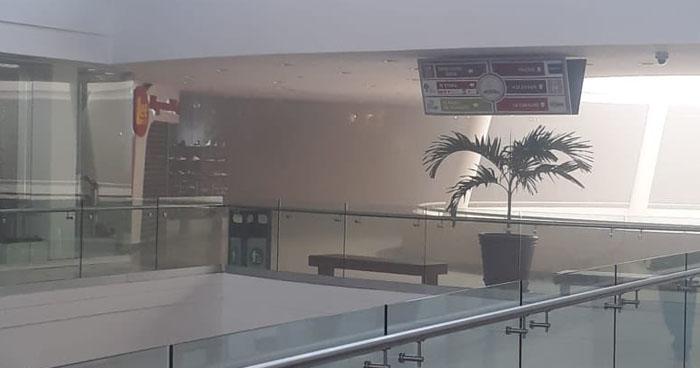 Evacuan centro comercial de Soyapango por incendio en el área del food court