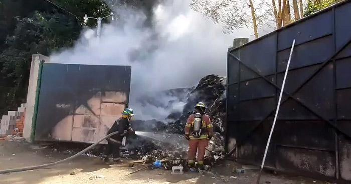 Aficionados estallan mortero en basurero afuera del estadio y provocan incendio