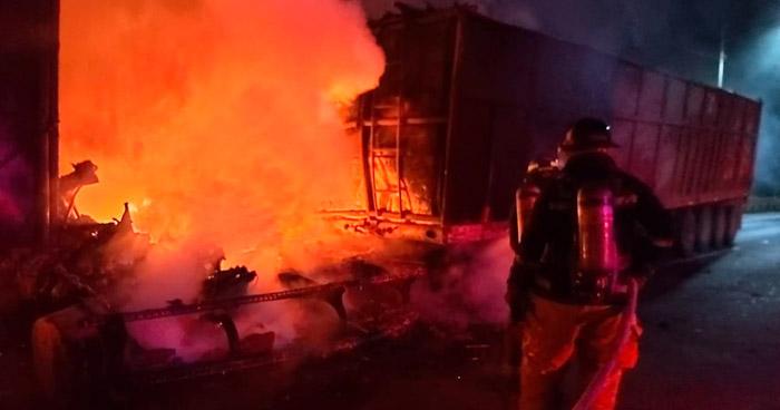 Dos lesionados en incendio de dos rastras en autopista Comalapa