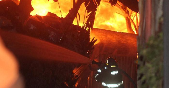 Fuerte incendio en predio de colonia Amatepec, Soyapango
