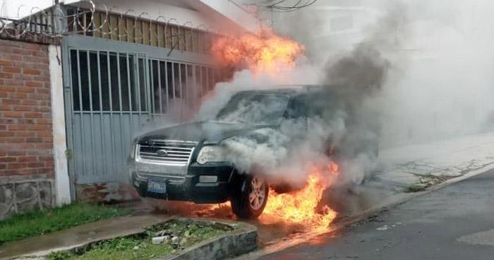 Bomberos extinguen incendio en vehículo en la colonia Escalón
