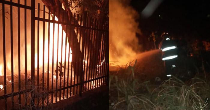 Bomberos extinguen incendio en Bulevar Tutunichapa, San Salvador