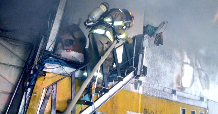 Incendio consume parte de un taller en Bulevar Constitución