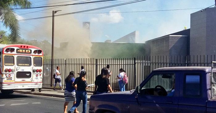 Evacuan a empleados y usuarios por incendio en centro comercial Unicentro Soyapango