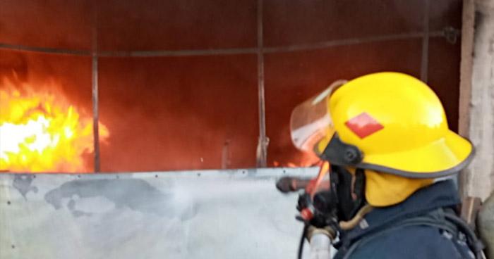 Un taller y un vehículo se incendiaron esta tarde en diferentes puntos