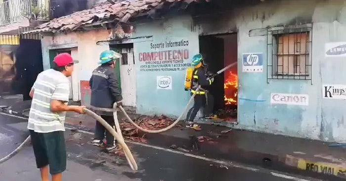 Incendio consume vivienda en barrio San Nicolas de San Miguel