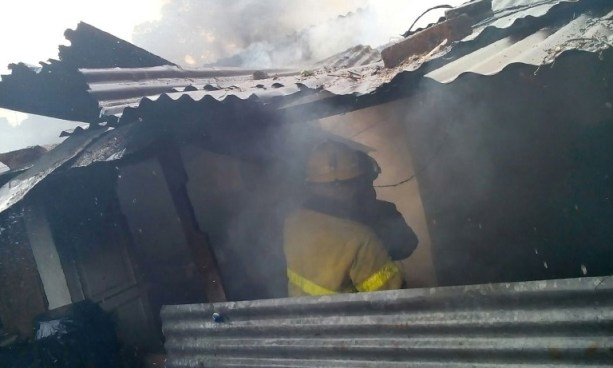 Al menos 3 viviendas resultaron dañadas por incendio en colonia Los Alpes de Soyapango