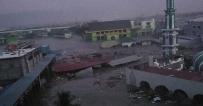 Más de 300 muertos deja tsunami provocado por un terremoto de 7.5 en Indonesia