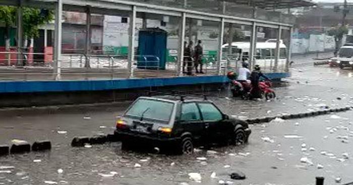 Graves inundaciones deja fuerte lluvia este domingo