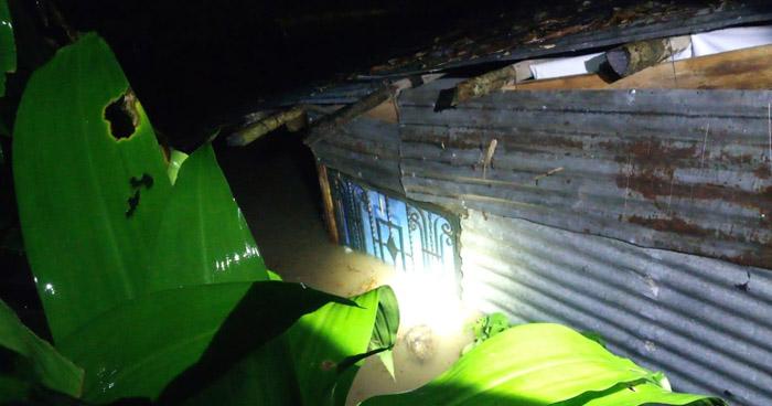 Evacuan a 31 familias afectadas por inundación tras lluvia de anoche en San Salvador