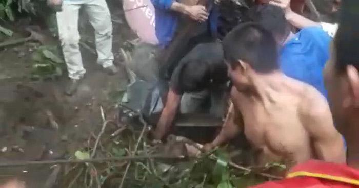 VIDEO   Rescatan a joven que quedó soterrado tras derrumbe en Sonsonate
